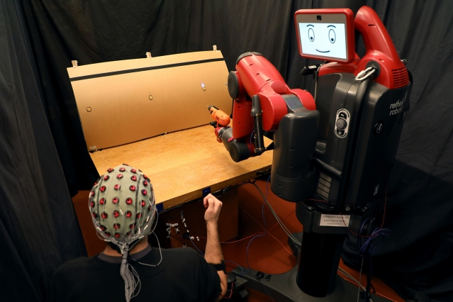 MIT Researchers developed Instantly correct Robot's mistakes with humans brain wave and hand gesture